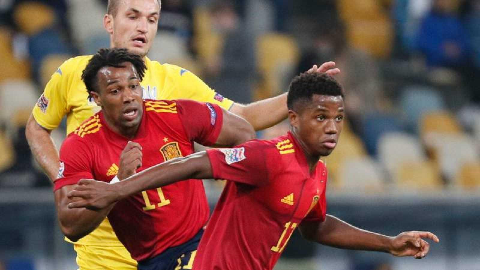 Los jugadores de la selección española Adama Traoré y Ansu Fati durante el partido ante Ucrania en Kiev.