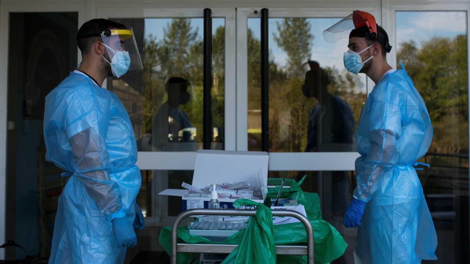 Dos sanitarios en una residencia de mayores de Ourense