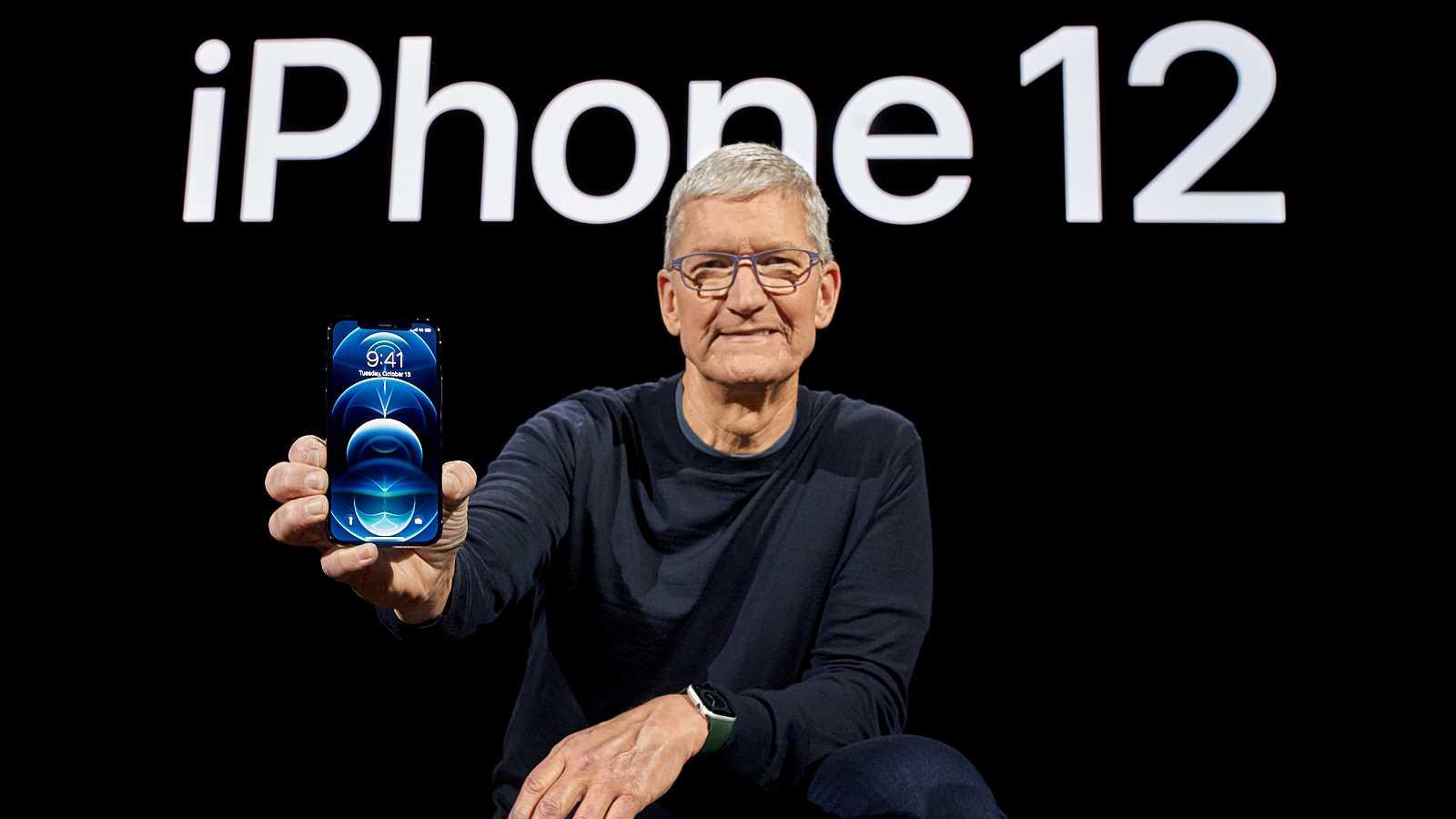 El director ejecutivo de Apple, Tim Cook, posa con el nuevo iPhone12 durante su presentación.