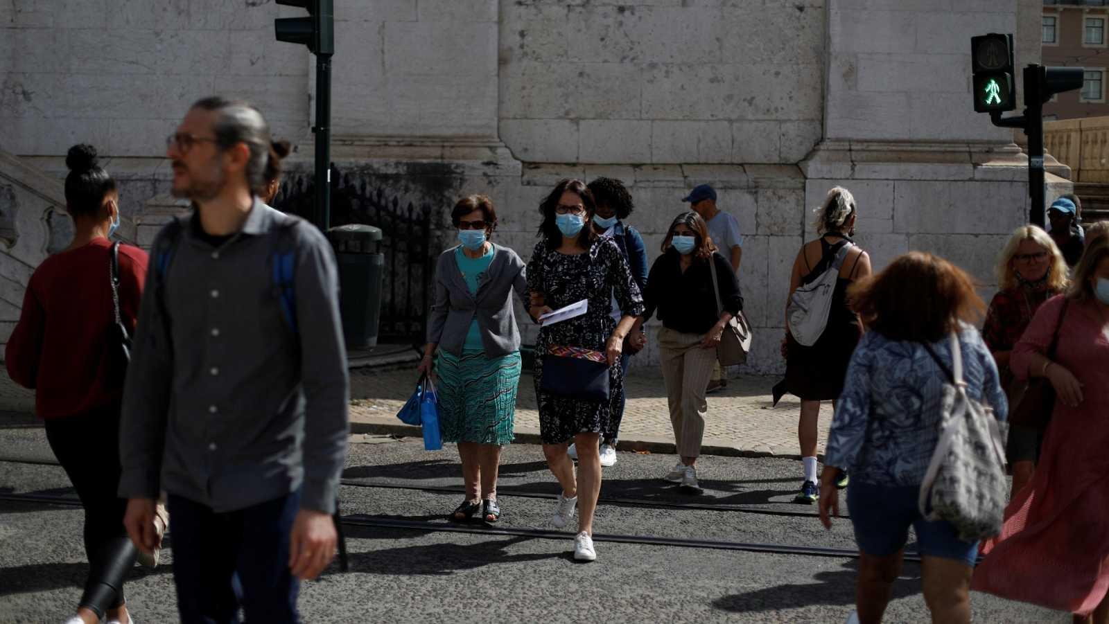 Viandantes caminan con mascarilla por las calles de Lisboa, esta semana.