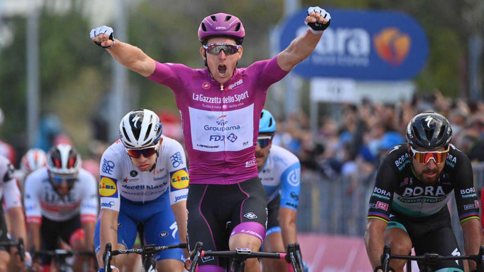 Arnaud Démare (FDJ) vence su cuarta etapa en Rimini.