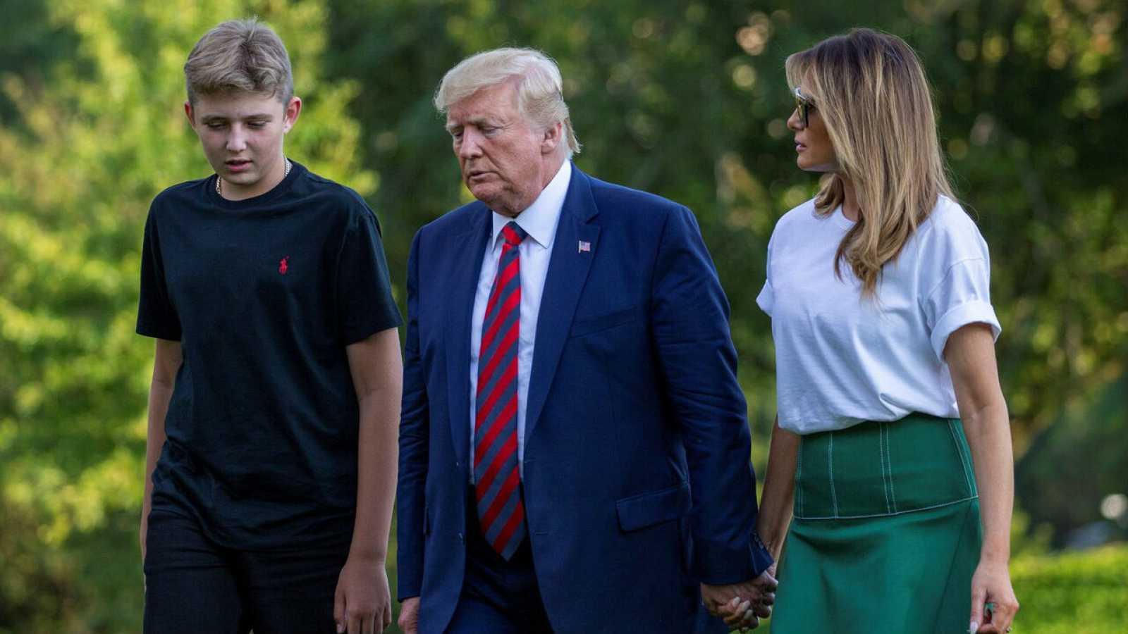 El presidente de Estados Unidos, Donald Trump, camina acompañado por la primera dama Melania Trump y su hijo Barron en los jardines de la Casa Blanca en Washington (EE.UU) en una imagen de archivo.