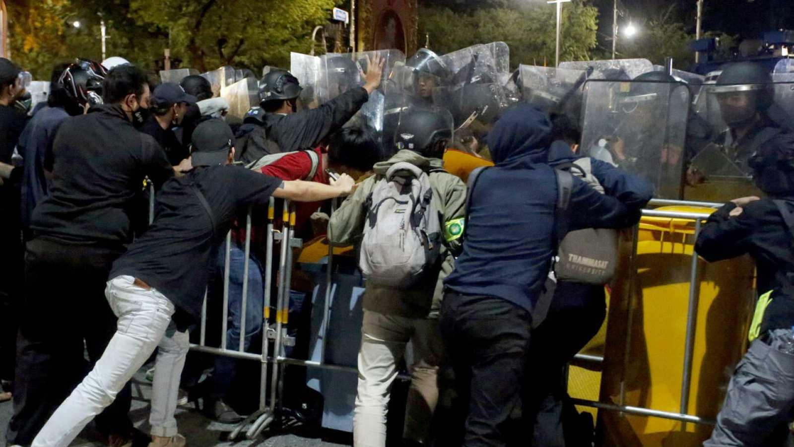 Manifestantes tailandeses se enfrentan a agentes de policía durante una protesta antigubernamental frente a la Casa de Gobierno en Bangkok, Tailandia.