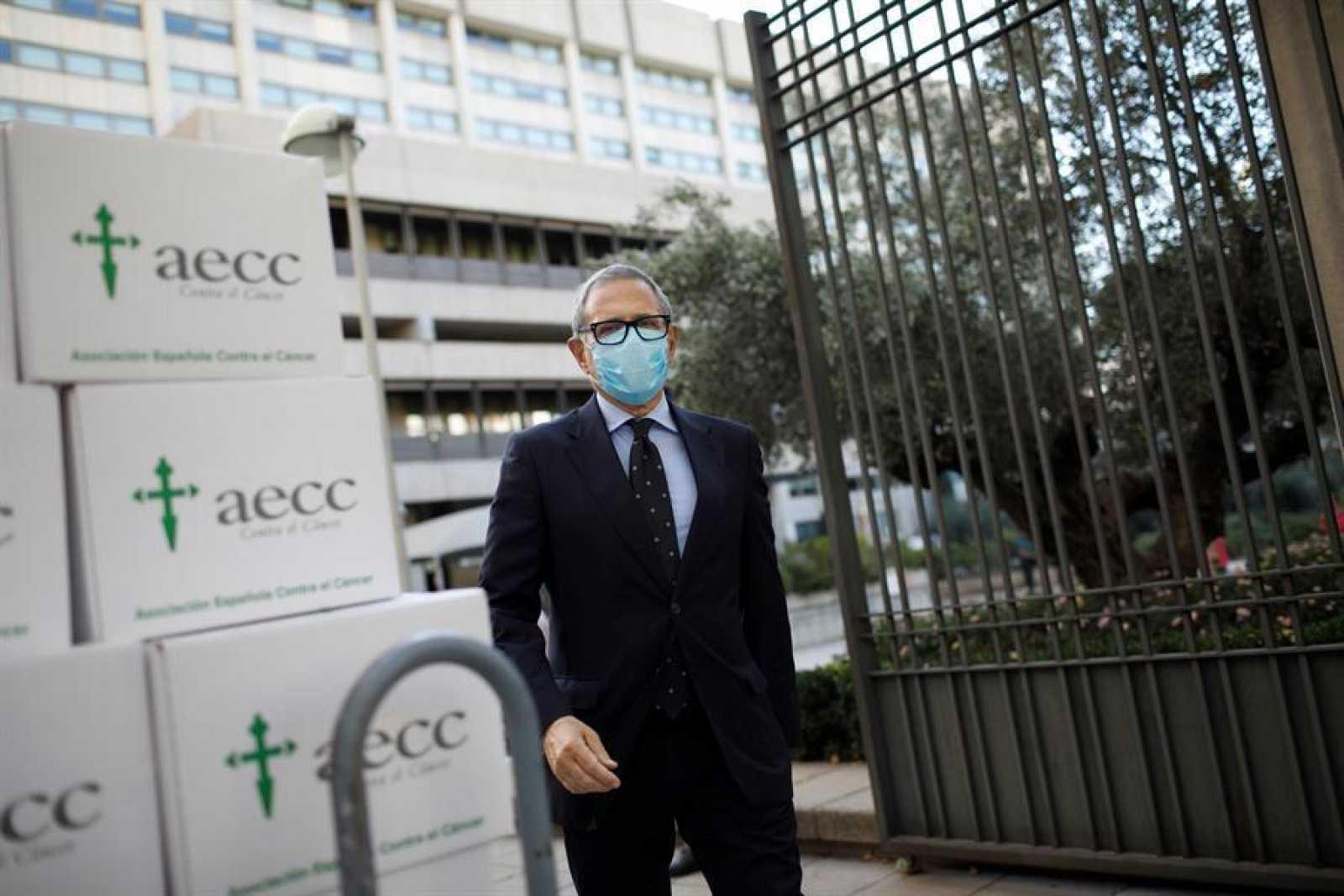 El presidente de la Asociación Española contra el Cancer (AECC), Ramón Reyes, fotografiado delante del Ministerio de Ciencia en Madrid