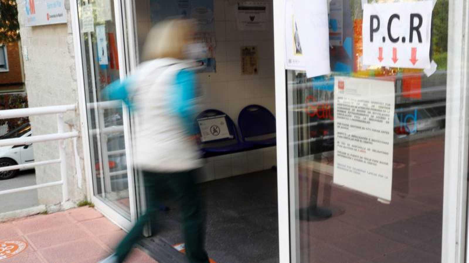 Una mujer accede a un centro de salud en Madrid.
