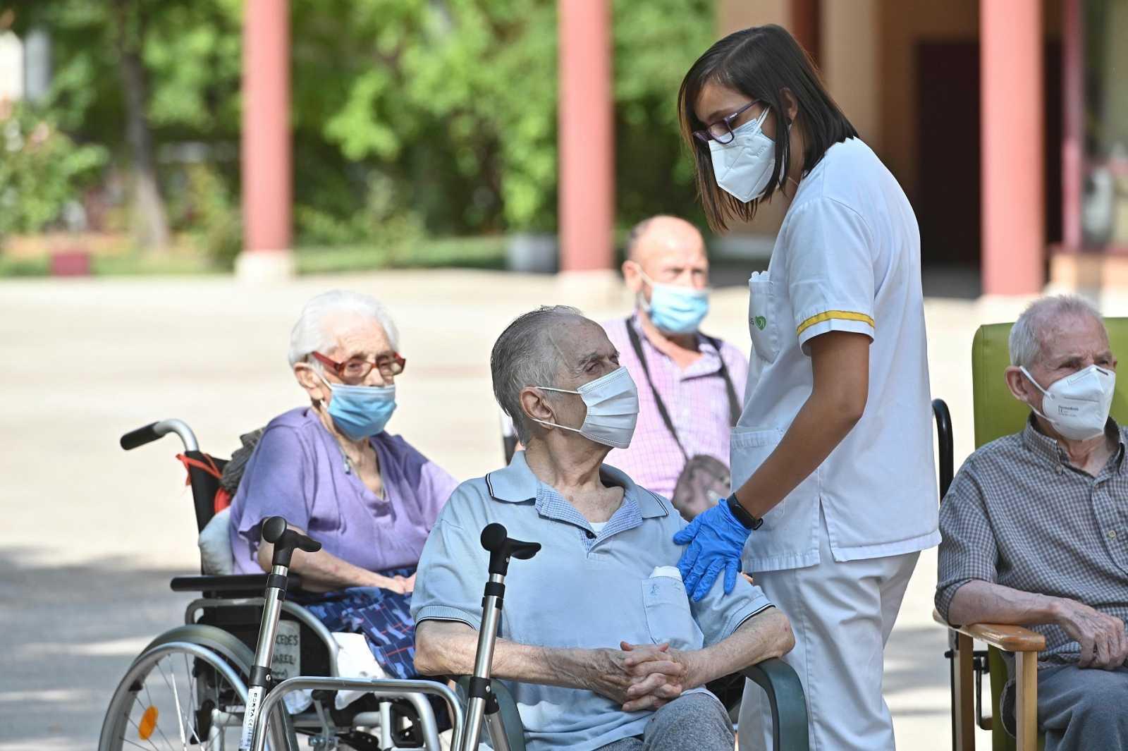 Ancianos y una trabajadora en una residencia en Alcala de Henares