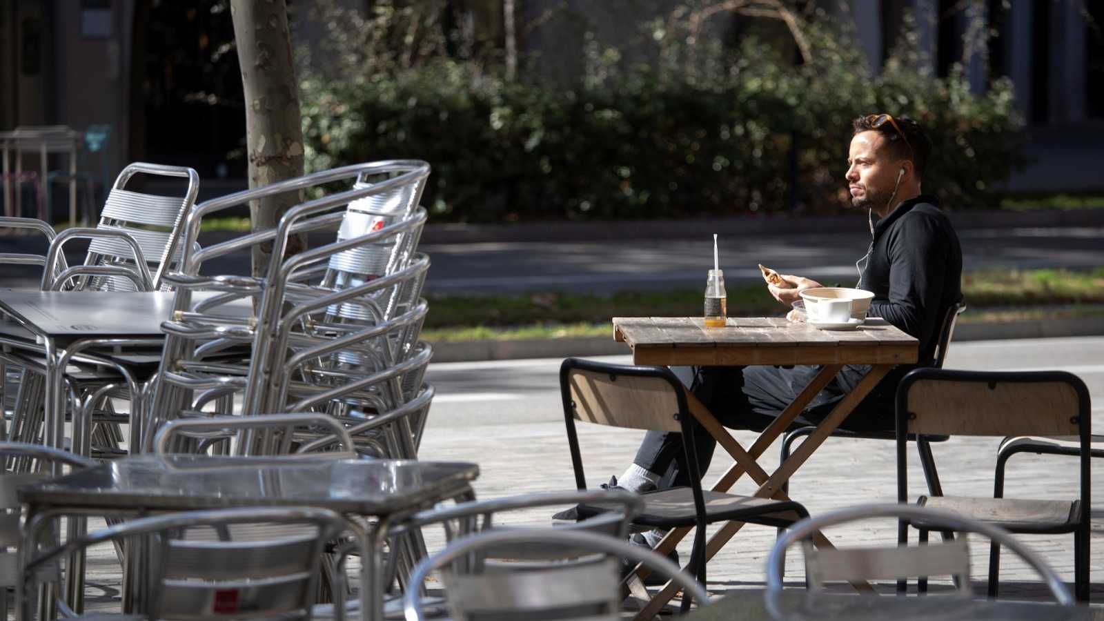 Un hombre en una terraza del centro de Barcelona, este jueves.