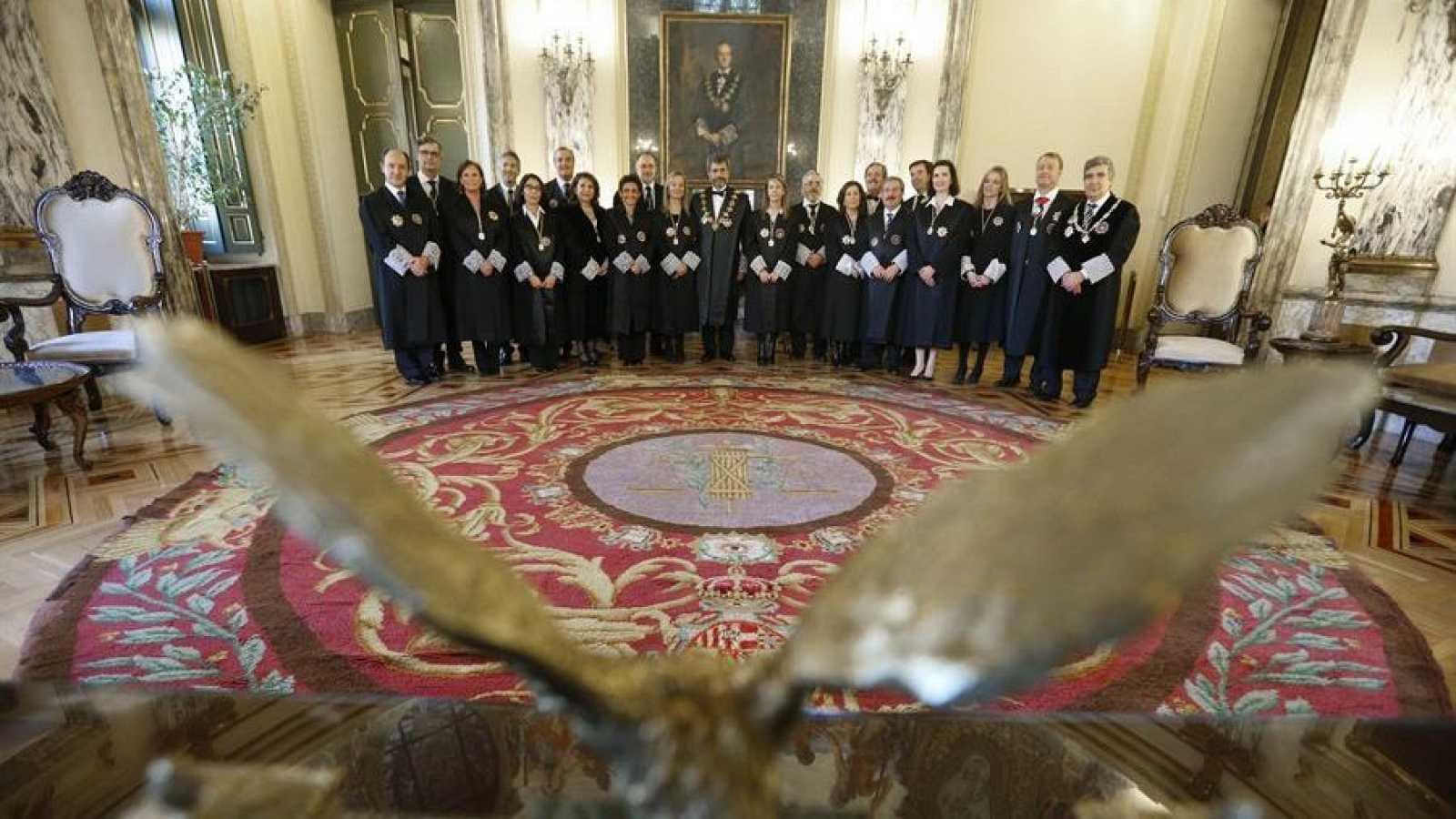 El presidente del Consejo General del Poder Judicial, Carlos Lesmes (c), posa con los miembros del CGPJ