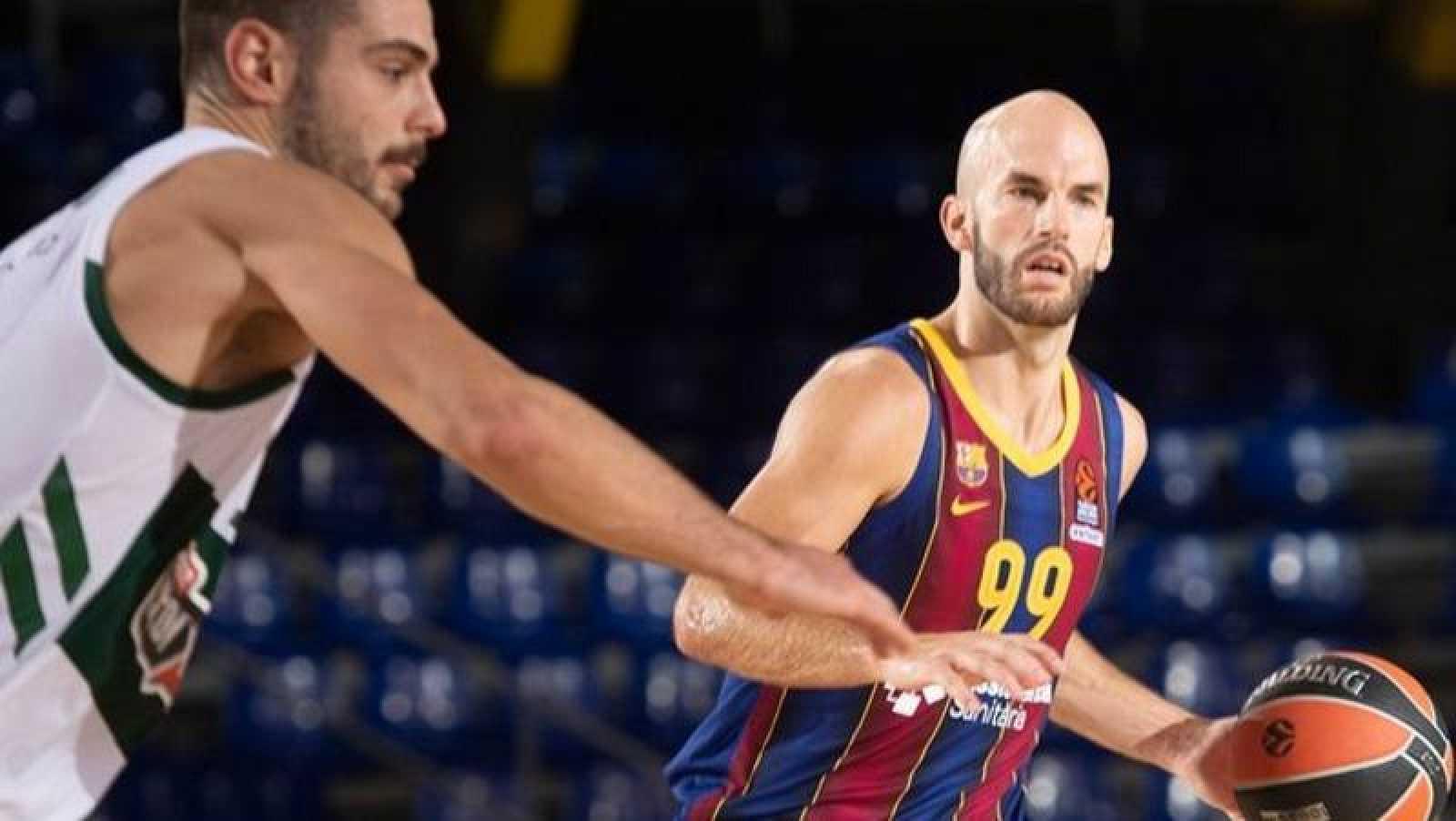 El jugador griego del FC Barcelona Nick Calathes dirige el juego de su equipo ante Panathinaikos.