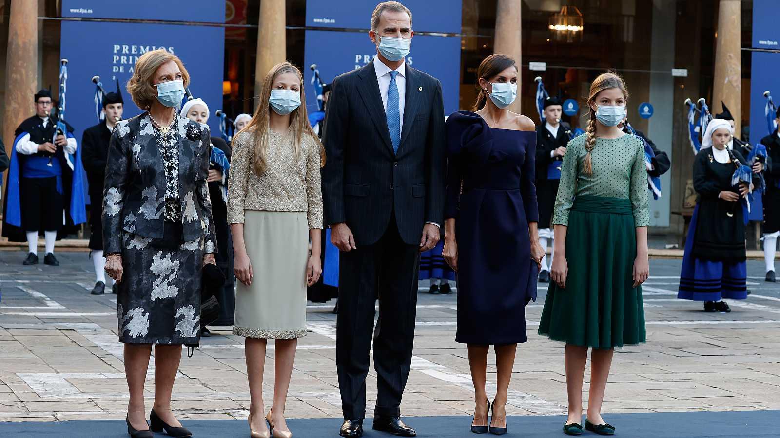 La familia real posa para los medios en el Patio de la Reina del Hotel Reconquista a su llegada a los Premios Princesa de Asturias