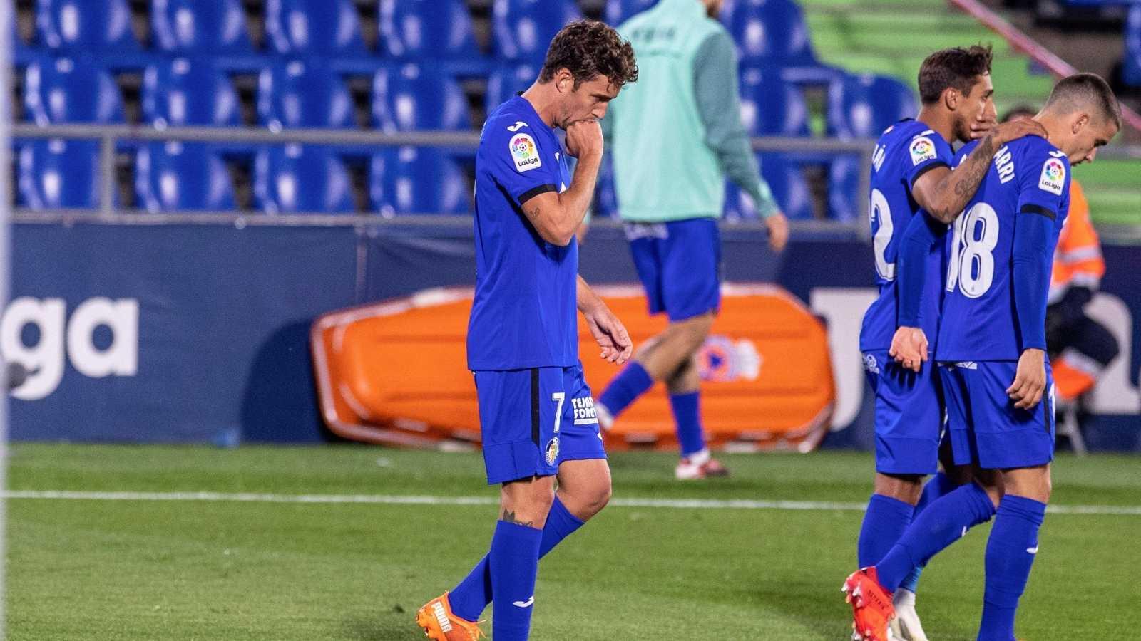 El delantero del Getafe Jaime Mata (i) celebra tras marcar de penalti ante el FC Barcelona