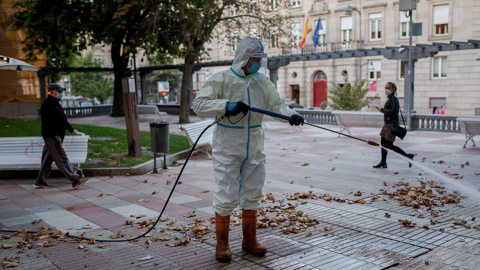 Un operario municipal realiza labores de desinfección en una plaza de Ourense.