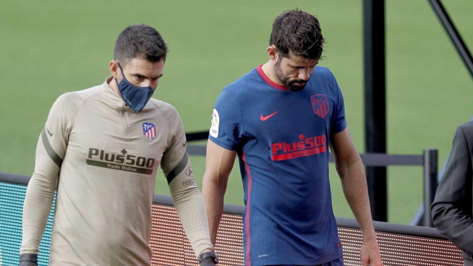 Diego Costa se retira lesionado del partido ante el Celta en Balaídos.