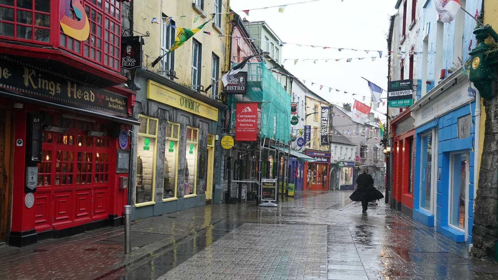Una mujer camina por el centro de Galway (Irlanda)