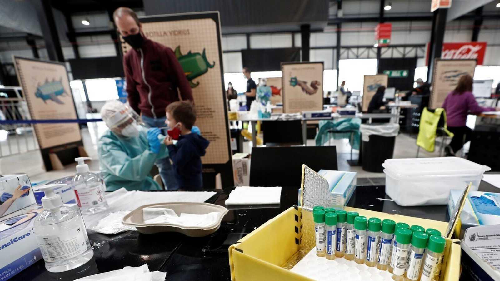 Una enfermera realiza una PCR en Refena, Navarra, lugar habilitado desde el principio de la pandemia para la realización de las pruebas.  EFE/ Jesús Diges