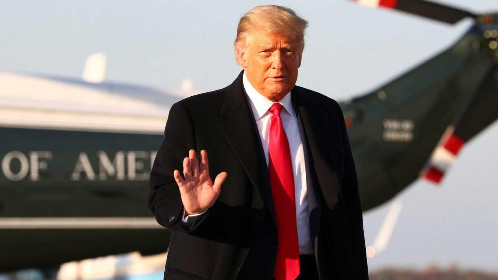 El presidente de EE. UU., Donald Trump, saluda antes de abordar el Air Force One antes de un viaje de campaña, en la base conjunta Andrews, Maryland, EE. UU.