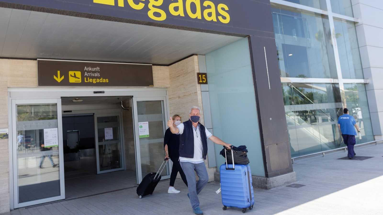 Dos pasajeros procedentes de Düsseldorf, Alemania, a su llegada, al aeropuerto Tenerife Sur el pasado junio