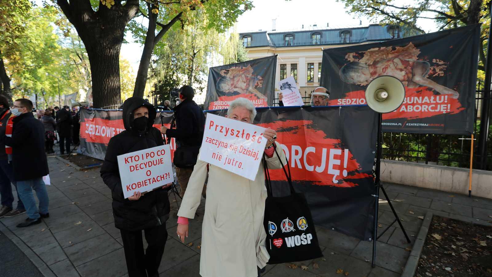 Un grupo de personas protesta frente al edificio del Tribunal Constitucional en Varsovia por las nuevas restricciones al aborto.