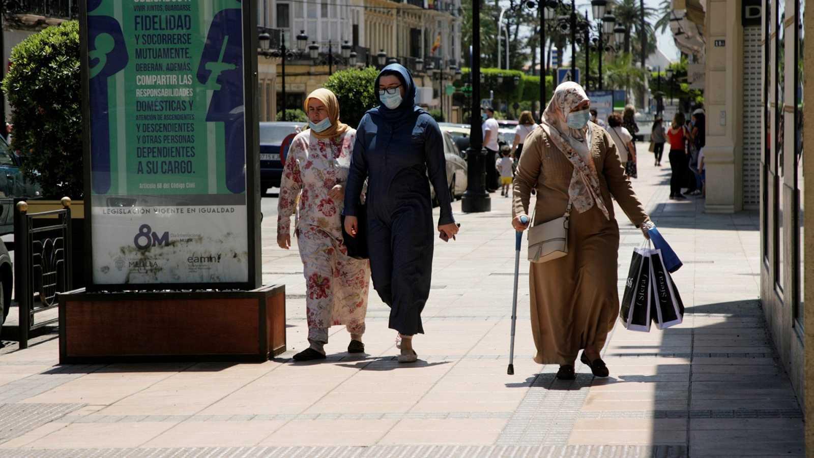 Varias mujeres caminan por el centro de la ciudad de Melilla en una imagen de archivo