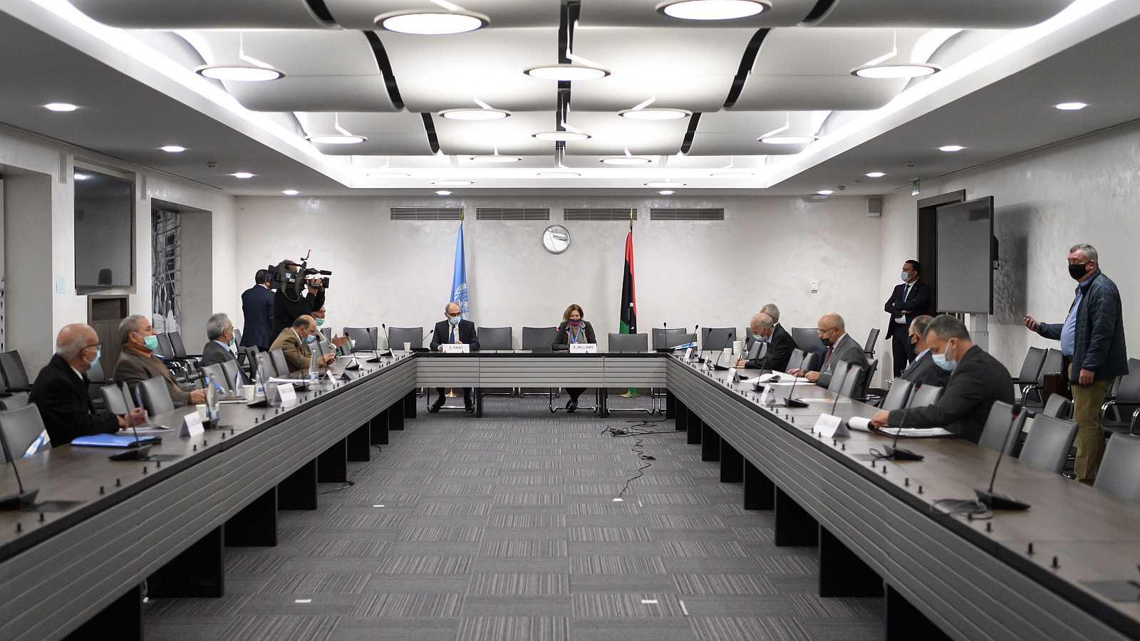 Gobierno y Parlamento libios firman en Ginebra un alto el fuego permanente tras seis años de guerra civil