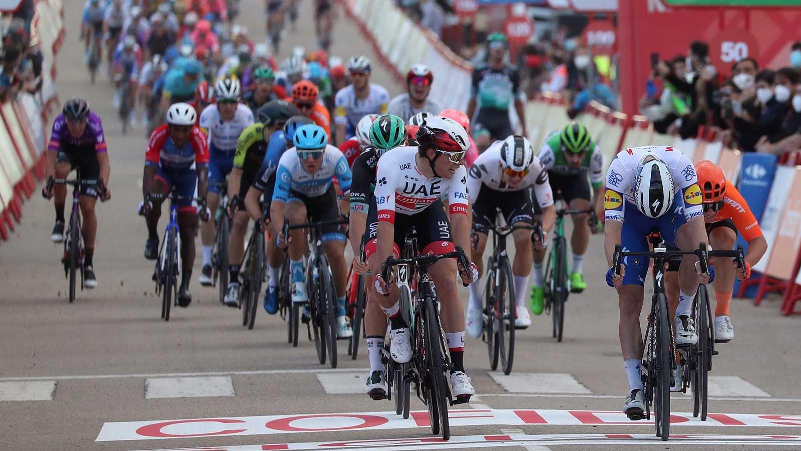 Imagen del sprint de Ejea de los Caballeros, final de la cuarta etapa de la Vuelta 2020.