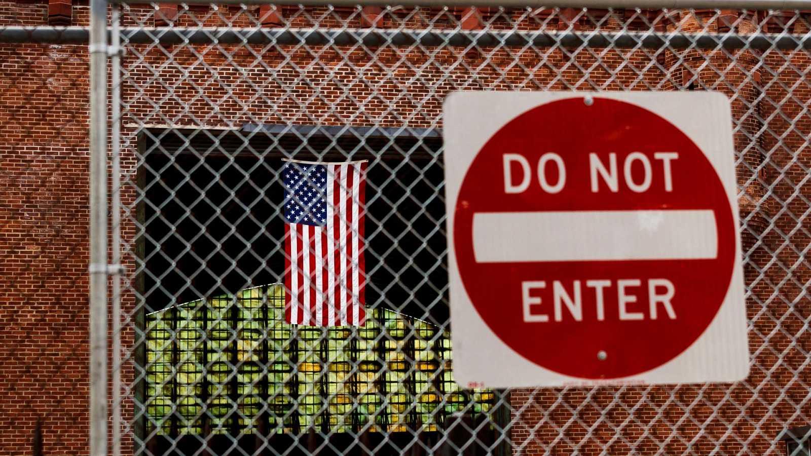 Un cartel prohíbe la entrada en un centro en Nueva York