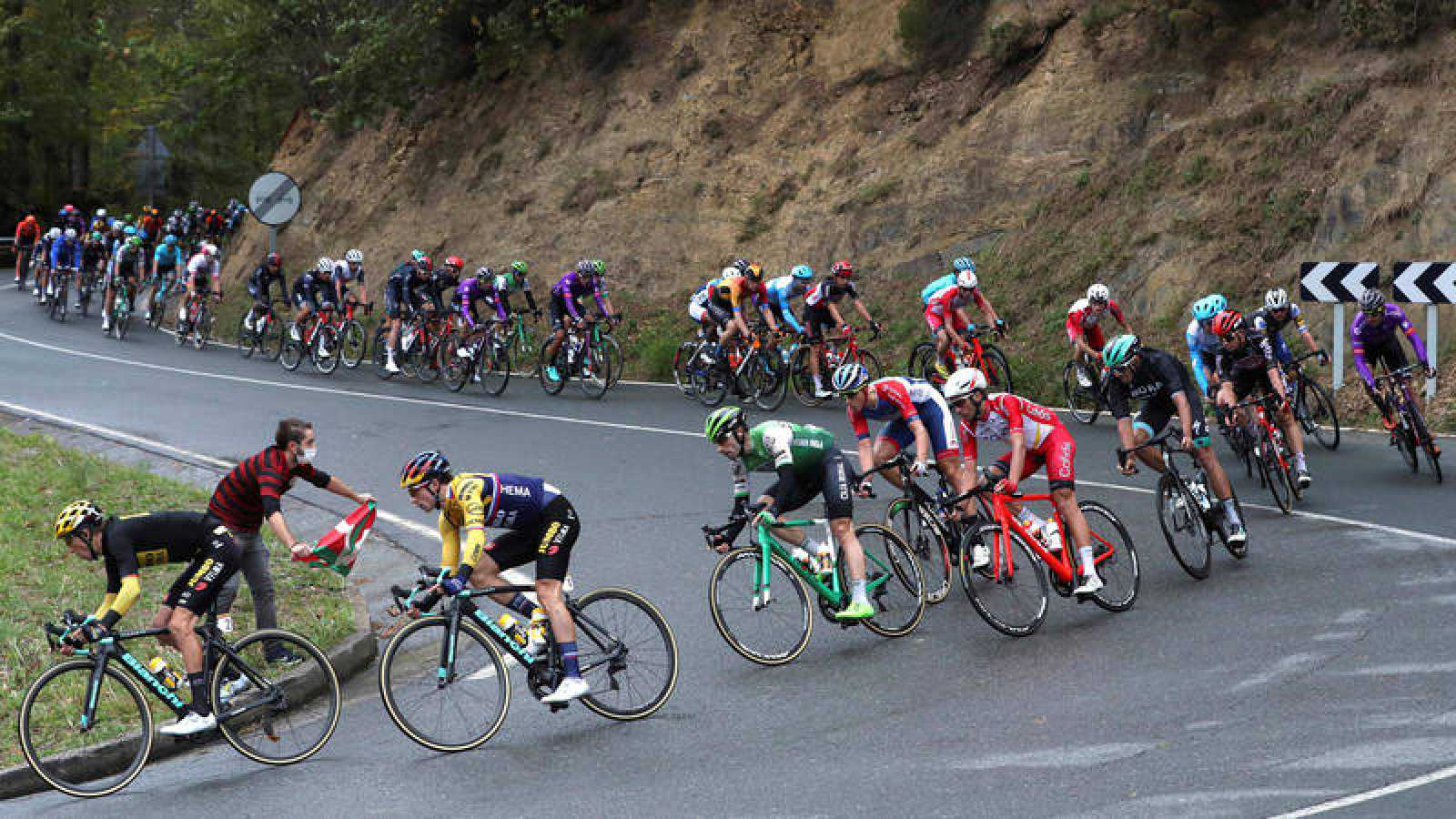 El pelotón durante la primera jornada de la Vuelta 2020, disputada entre Irún y Arrate, de 173 kilómetros.