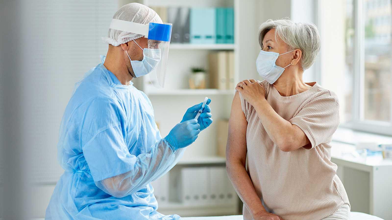 La vacuna de Oxford contra la COVID genera una inmunidad adecuada en ancianos