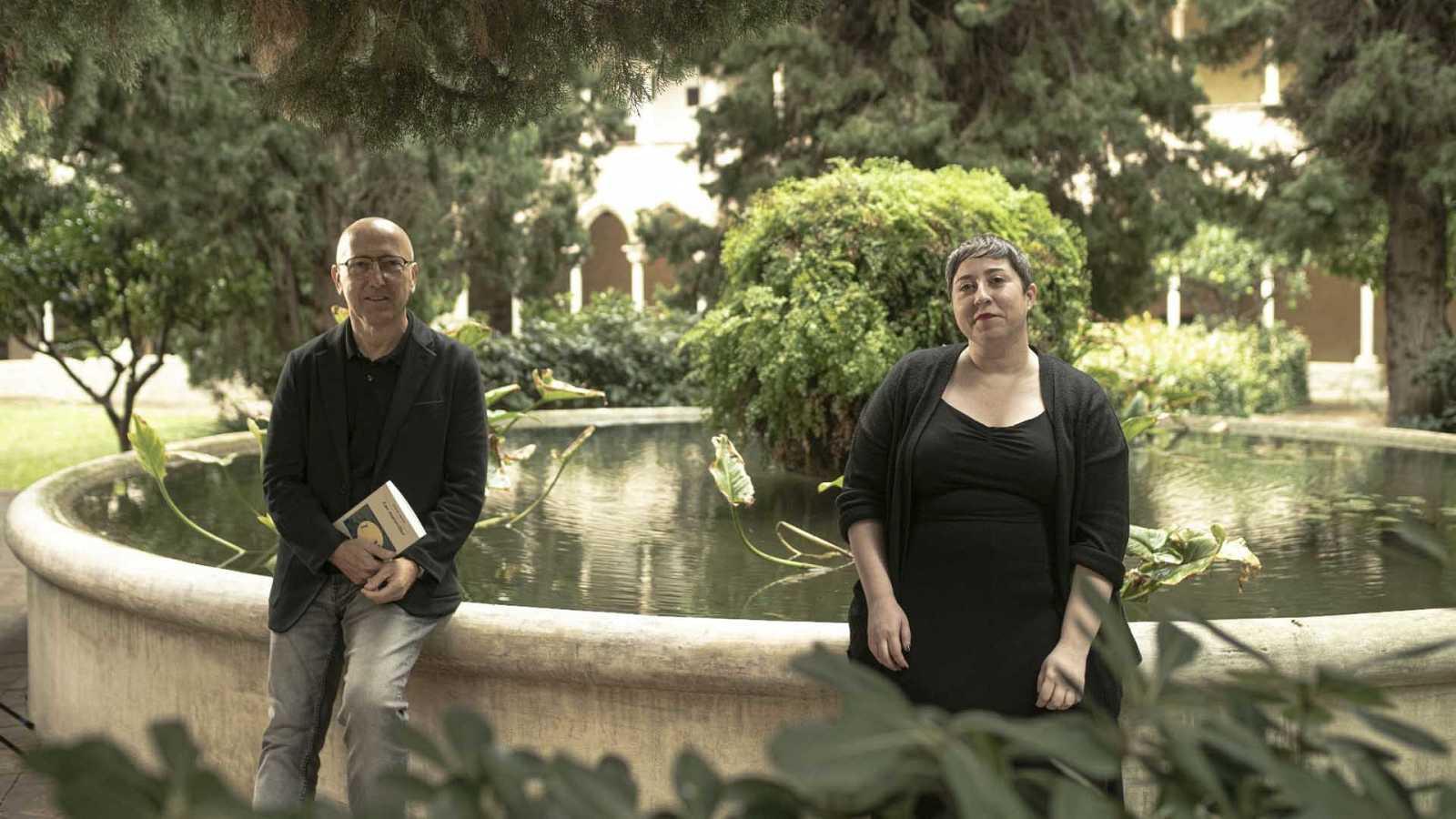 Óscar López con la poeta Elena Medel