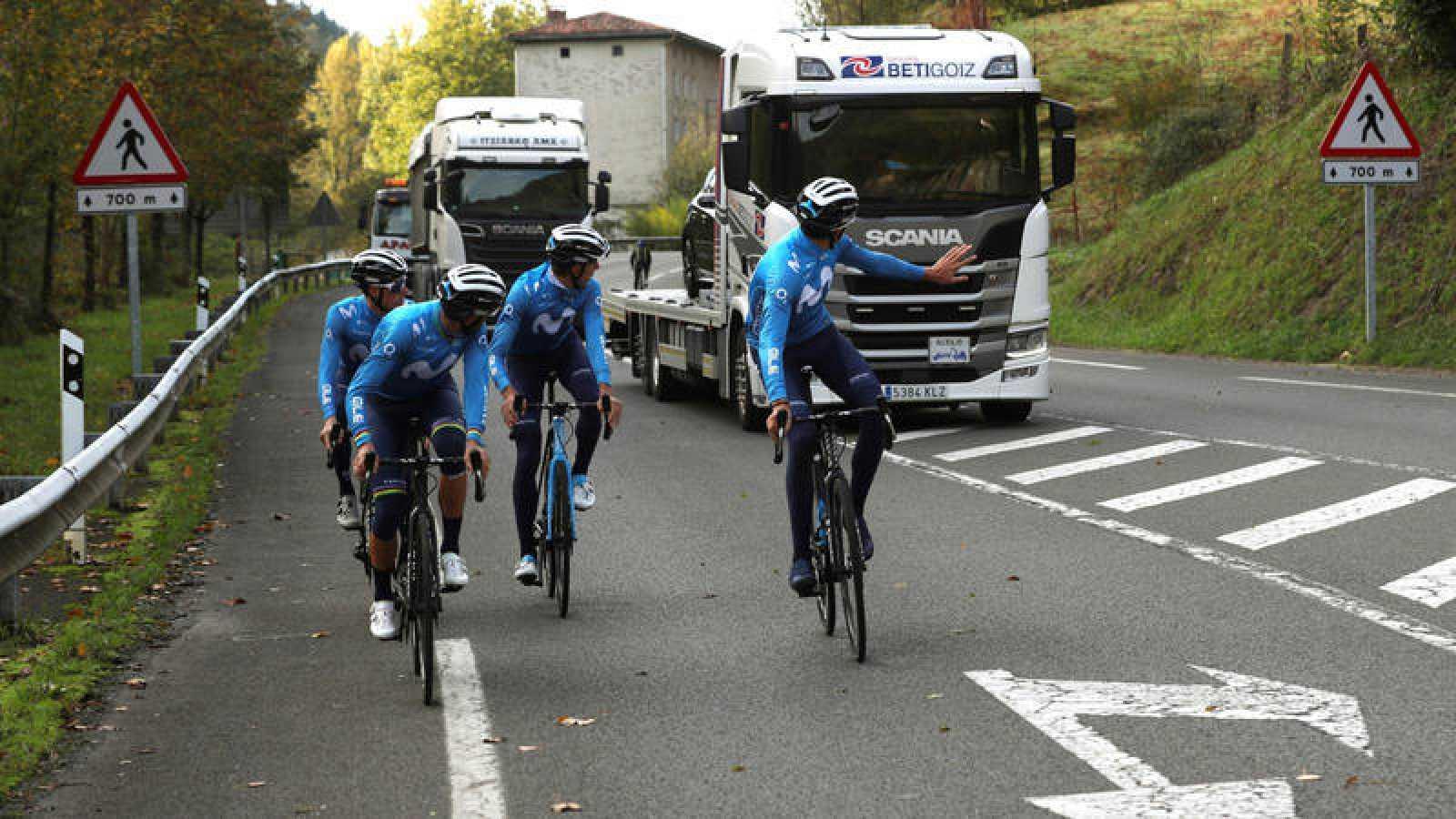 Los ciclistas del equipo Movistar durante un entrenamiento en tierras vascas.