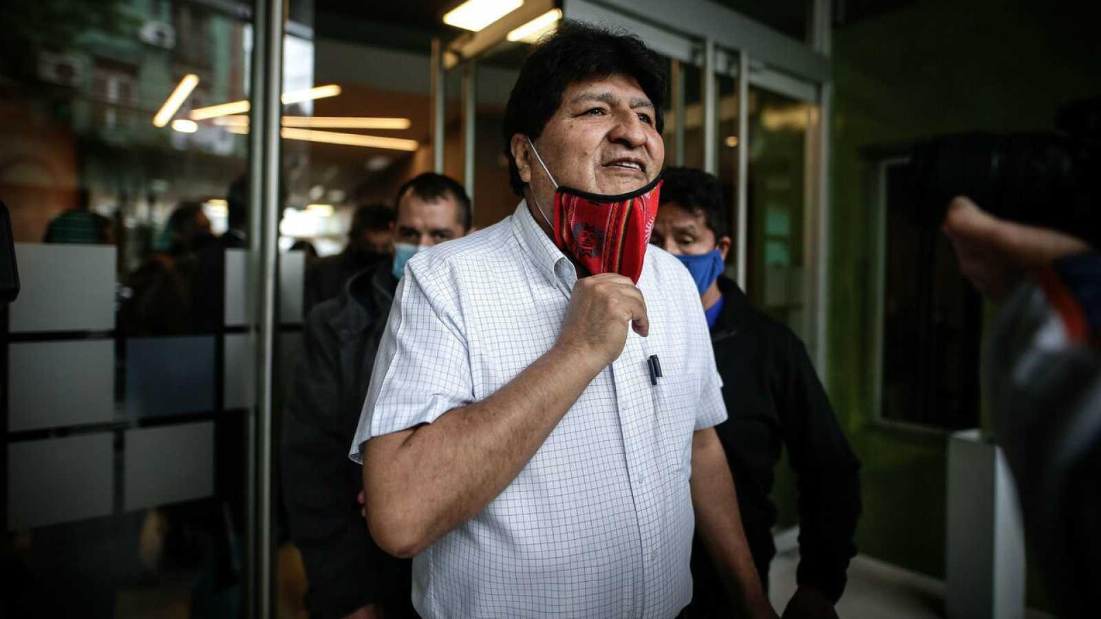 El expresidente de Bolivia, Evo Morales, se retira tras de ofrecer una rueda de prensa, en Buenos Aires (Argentina).