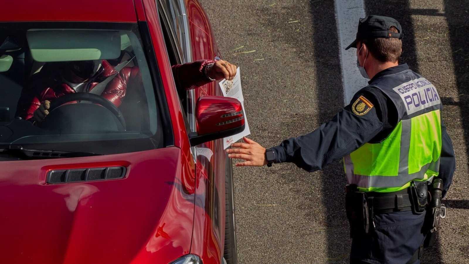 Agentes de la Policía en un control instalado a la entrada a la capital asturiana por la autopista A-66. EFE/ Alberto Morante