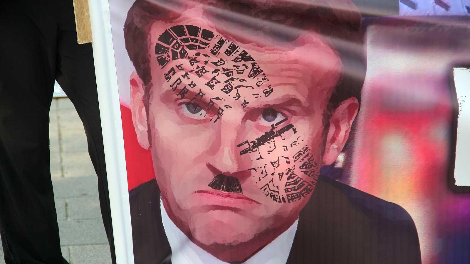 Retrato de Emmanuel Macron en una pancarta durante la manifestación.