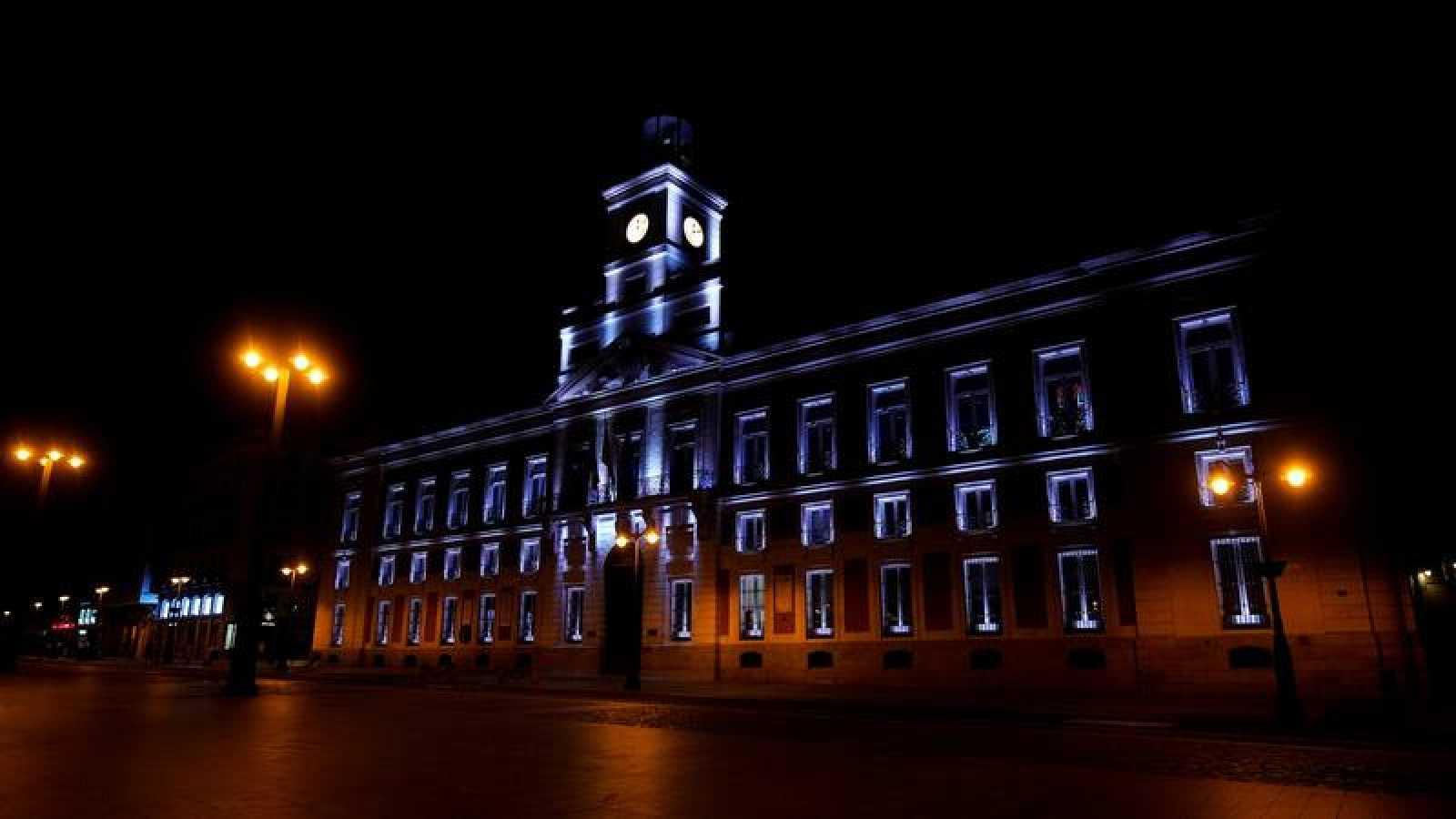La Puerta del Sol de Madrid, prácticamente vacía por el toque de queda en vigor en la capital.