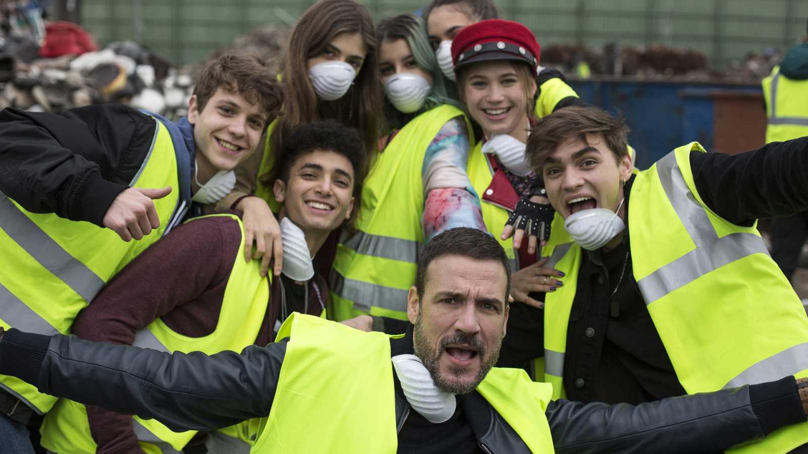 Algunos de los protagonistas de HIT durante el rodaje en el vertedero