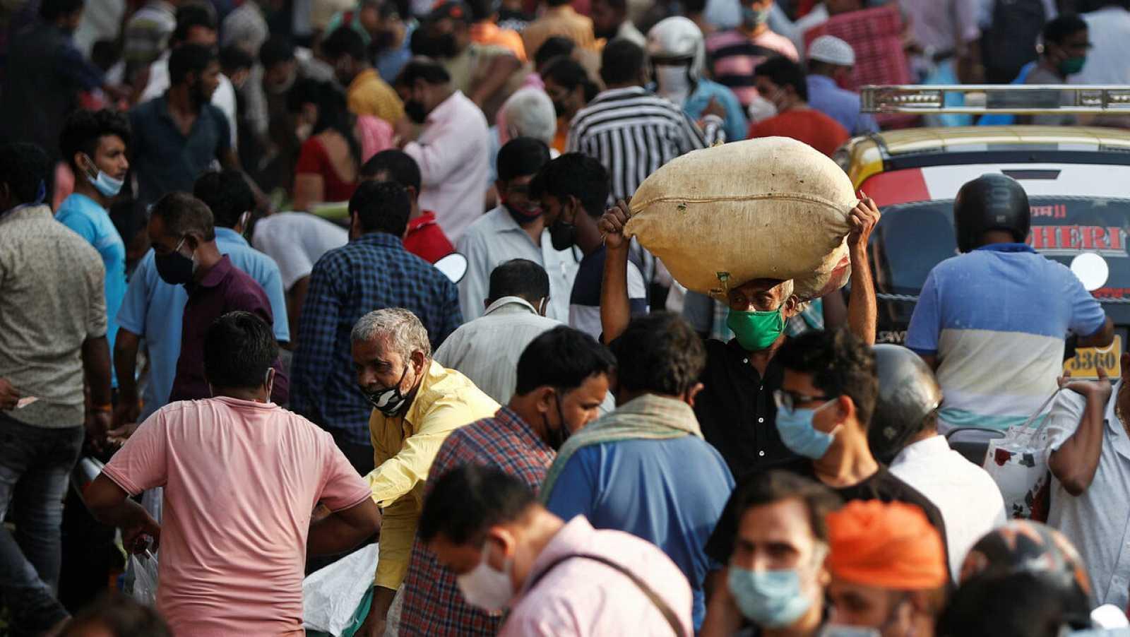 Personas en un mercado abarrotado en Mumbai, India, el 29 de octubre de 2020.