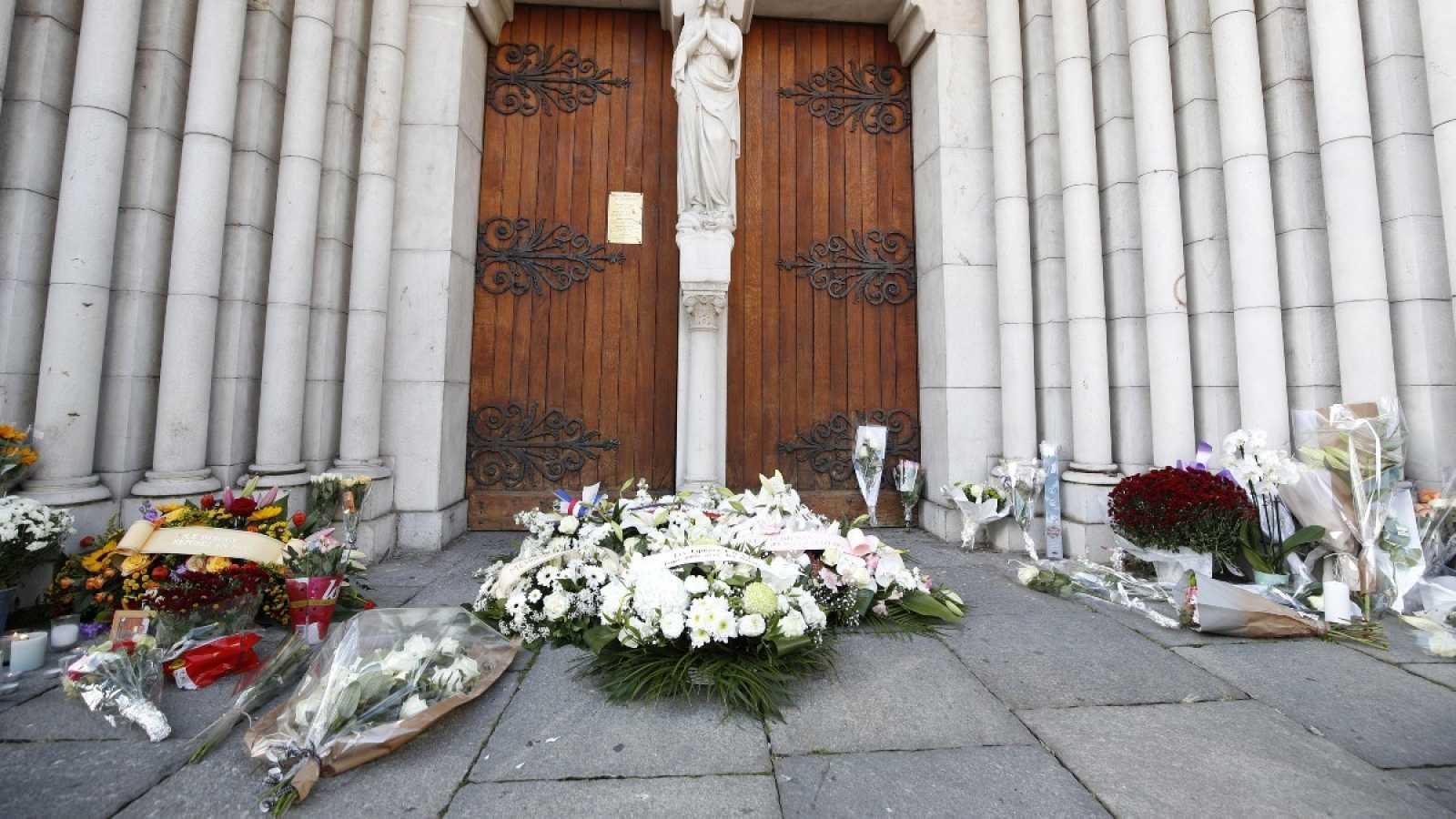 Ramos de flores frente a la Basílica de Notre Dame en Niza, donde se produjo el ataque terrorista.