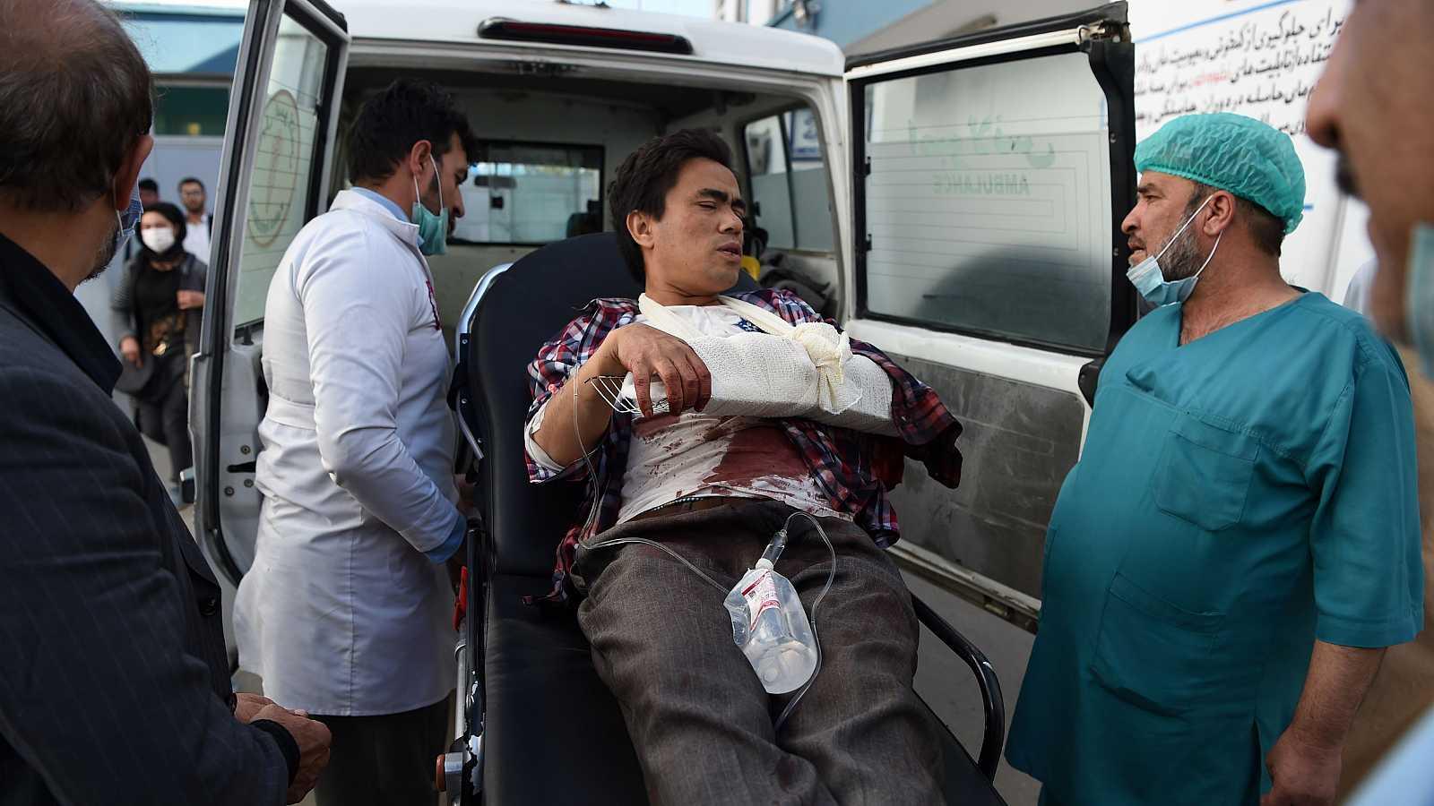 Uno de los heridos en el ataque a la universidad de Kabul llega en una ambulancia al Hospital Isteqlal.