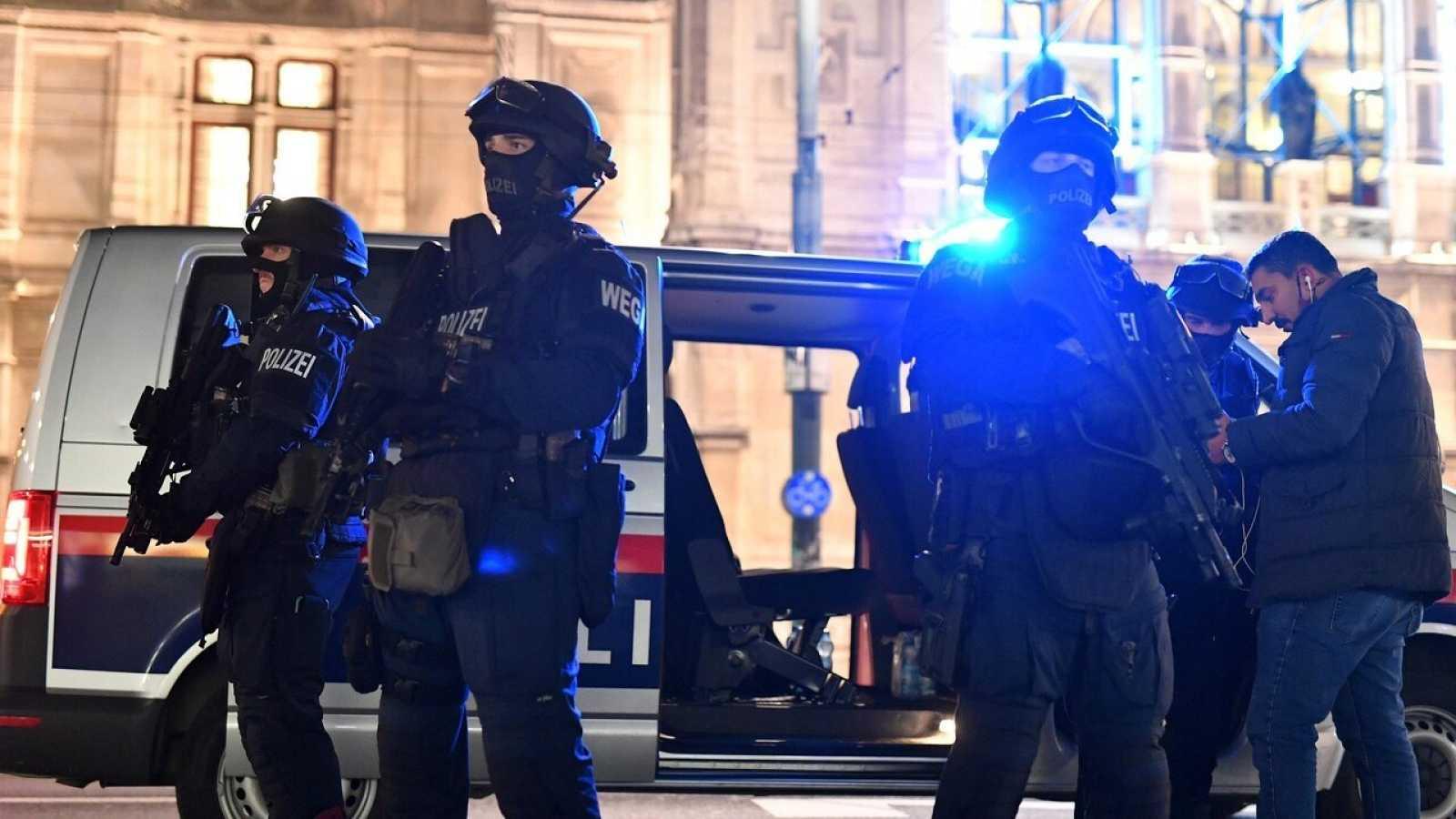 Policías armados en el centro de Viena