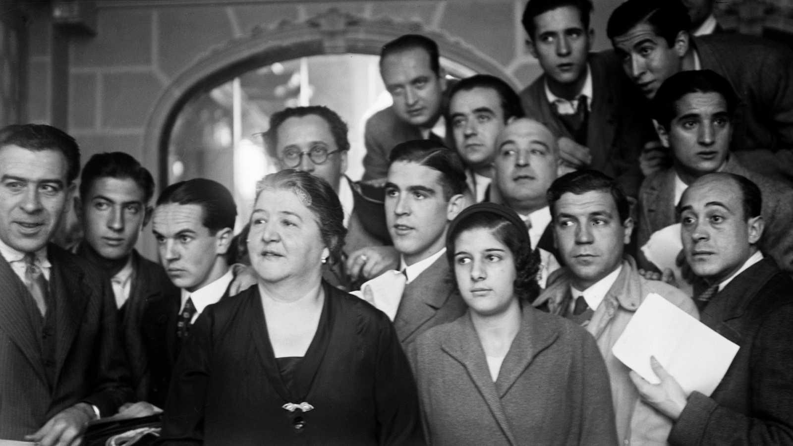 Manolita de Pablo posa con clientes en su administración de Lotería en la Gran Vía madrileña hacia 1935