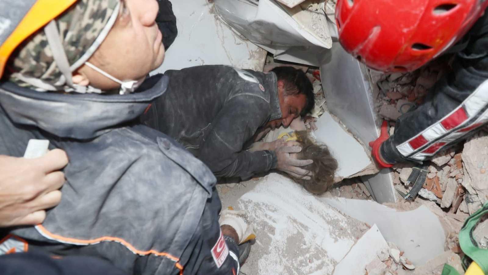 Momento en que se produce el hallazgo de la niña Ayda Gezgin cuatro días después del terremoto, bajo los escombros.