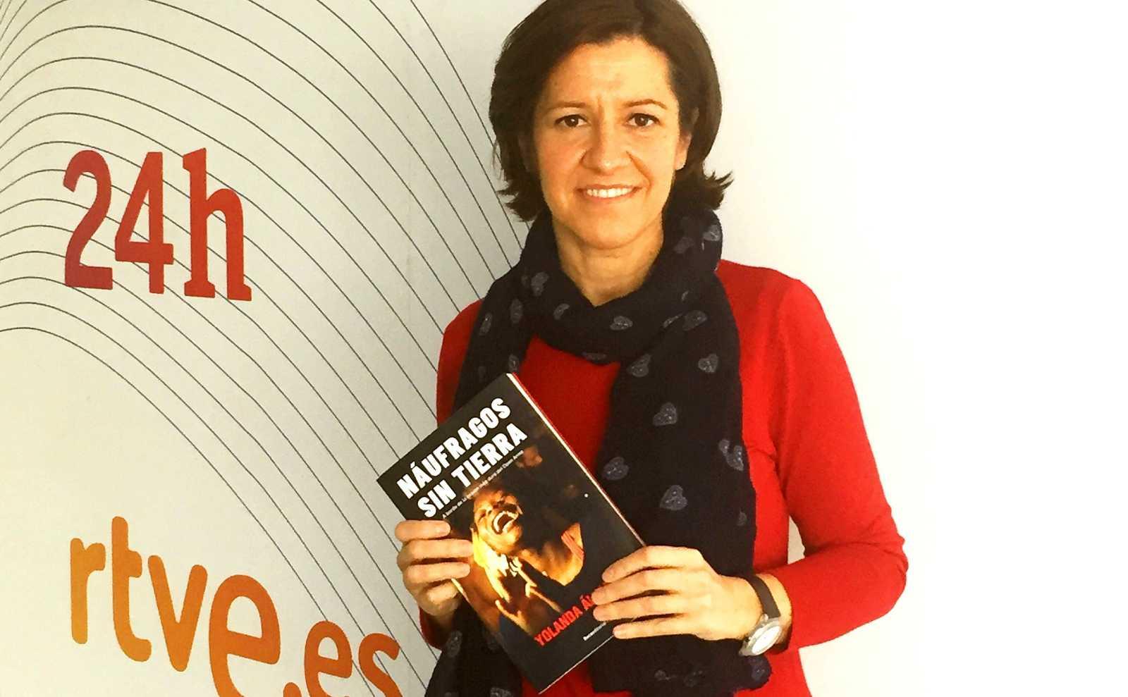 Yolanda Álvarez posa con su primer libro, Náufragos sin tierra, en las instalaciones de Torrespaña.