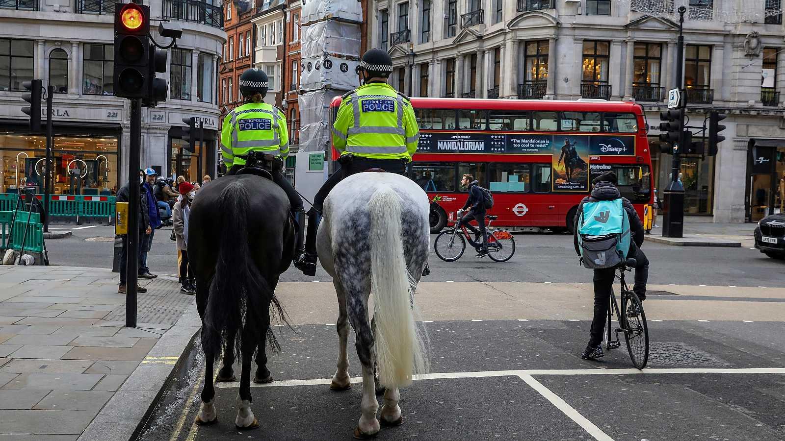 Dos policías a caballo patrullan las calles de Londres.