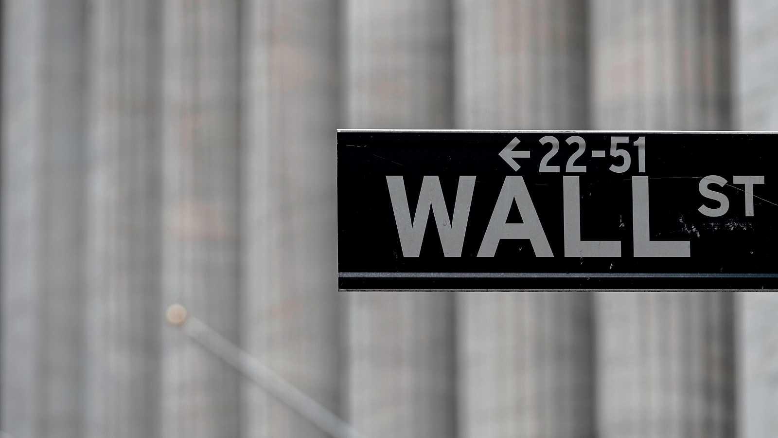 Placa de la calle Wall Street donde se ubica la bolsa estadounidense