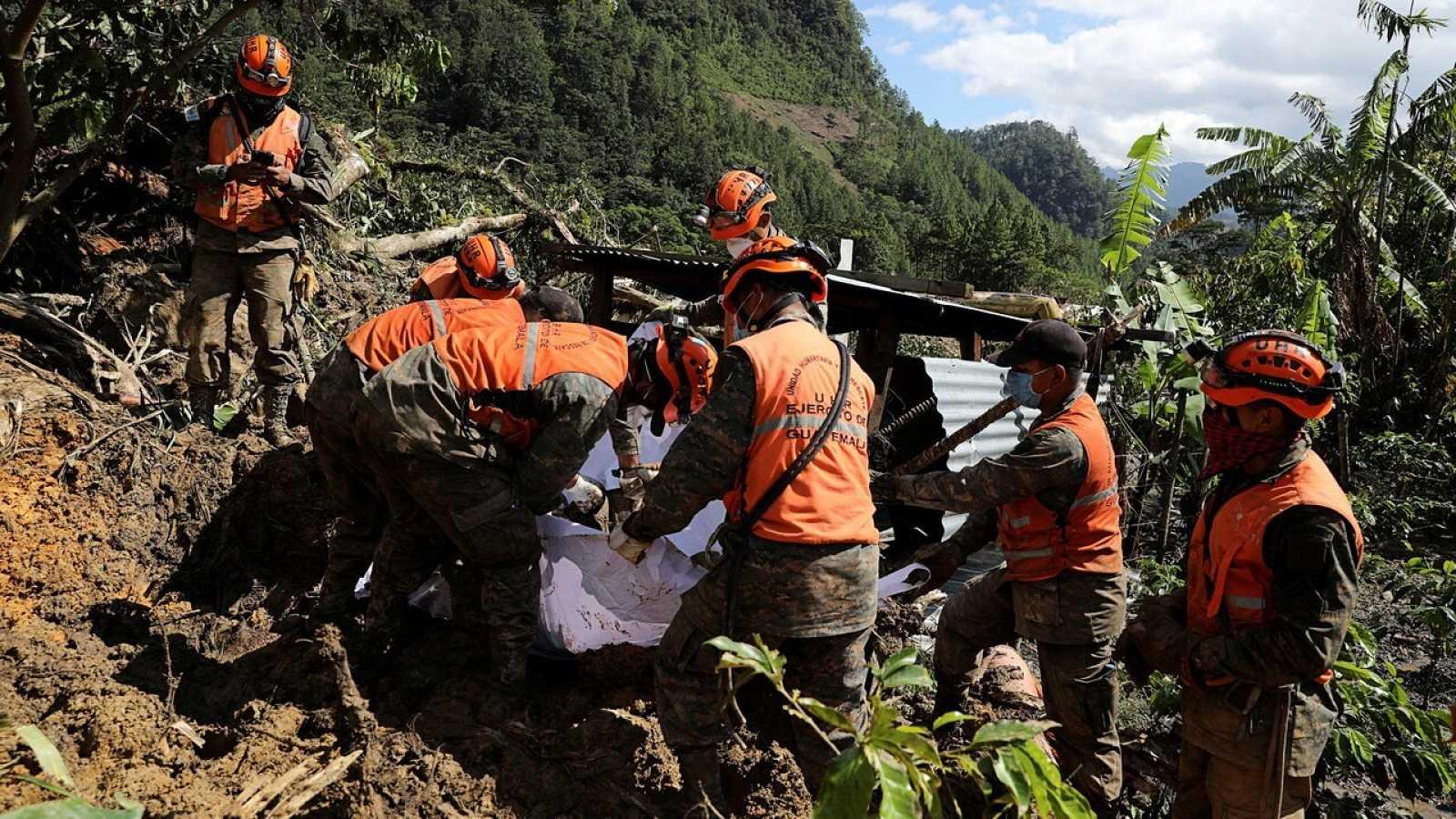 Soldados recuperan un cuerpo de una zona afectada por las fuertes en la aldea de Queja, Guatemala