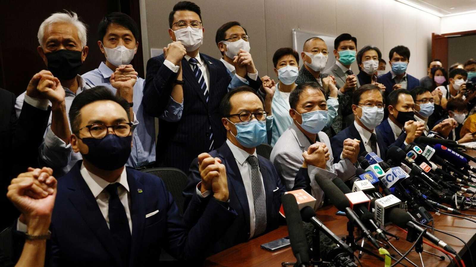 Diputados pro-democracia de Hong Kong anuncian su dimisión como protesta por la expulsión de cuatro electos del Parlamento, el 11 de noviembre. REUTERS/Tyrone Siu