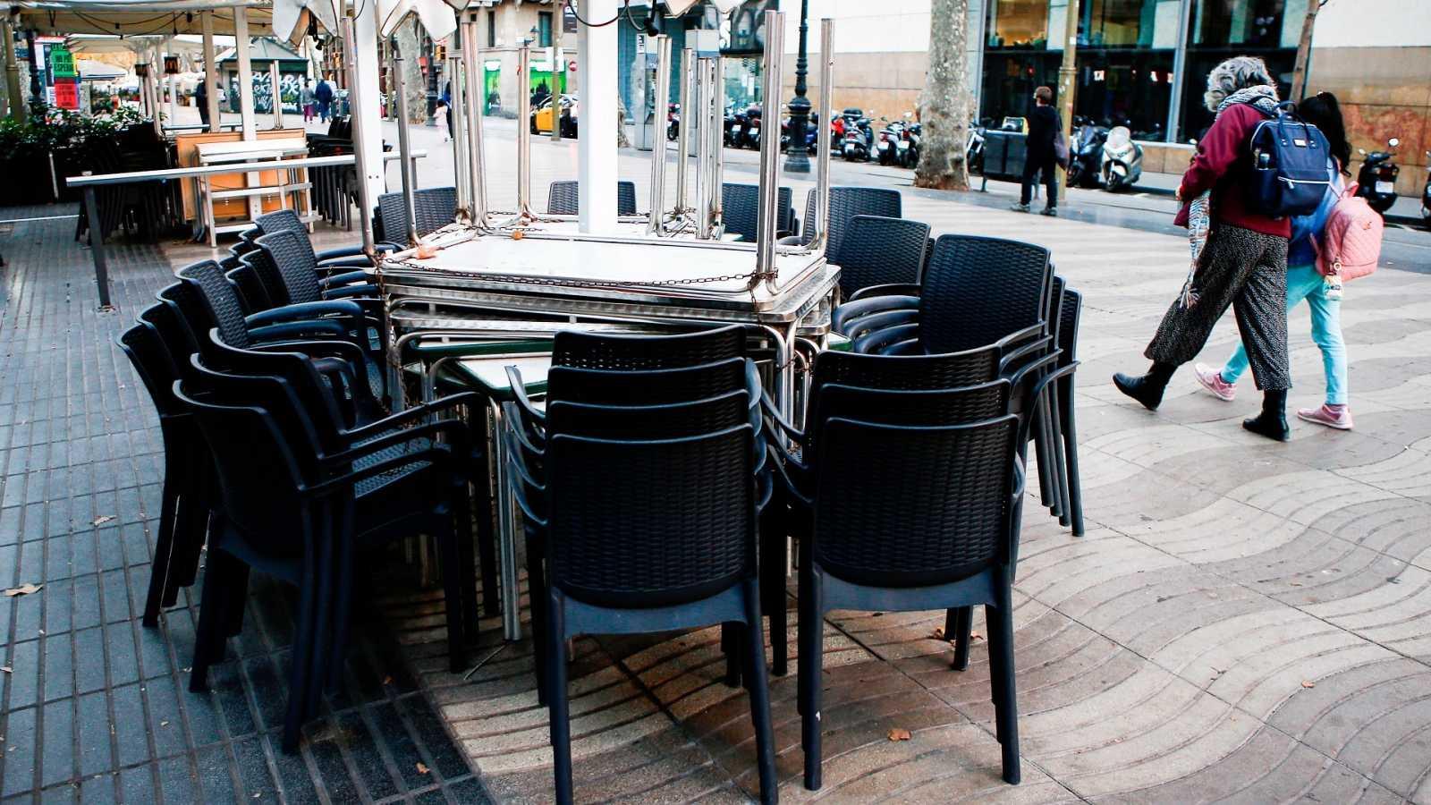 Aspecto de la terraza de un bar cerrado de las Ramblas de Barcelona