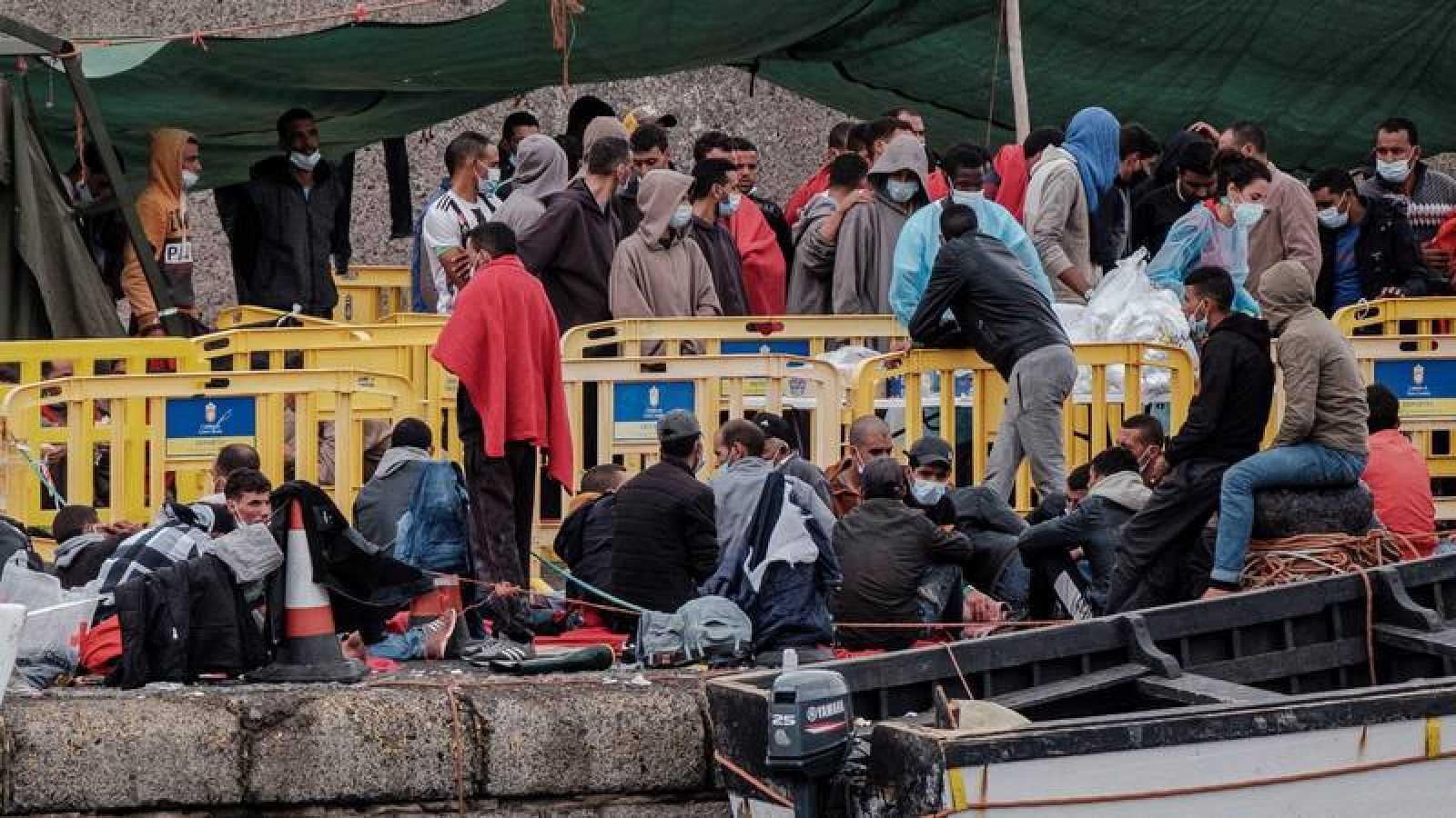 Migrantes en el puerto de Arguineguín