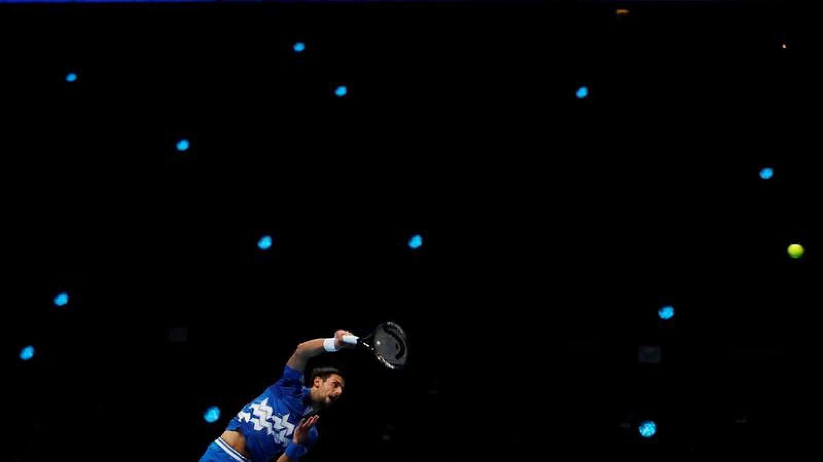 Imagen del tenista serbio Novak Djokovic ante Diego Schwartzman en el O2 de Londres.