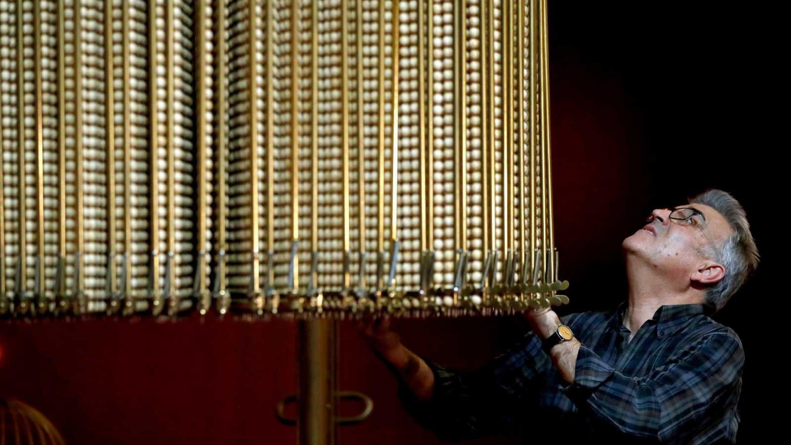 Un trabajador prepara las bolas antes del Sorteo del Gordo en una foto de archivo